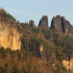 _DSC5604 das Elbesteilufer mit den Gipfeln der Schrammsteine
