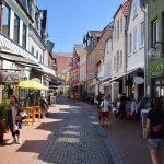 St. Nicolai Straße Eckernförde mit Geschäften Sommer