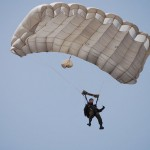 DSC_0076 am Trapezfallschirm kurz vor der Landung